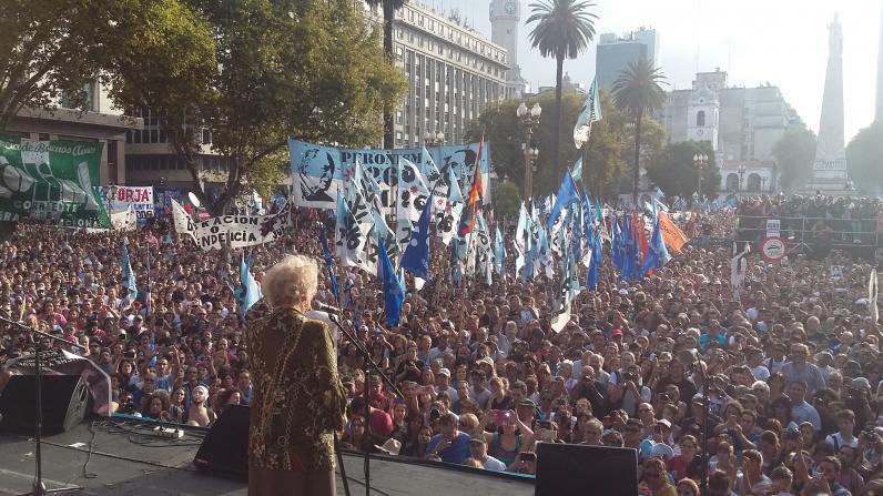 <p>Ante una multitud reunida en Plaza de Mayo, Estela de Carlotto lee parte del documento por el 40 aniversario del golpe</p>