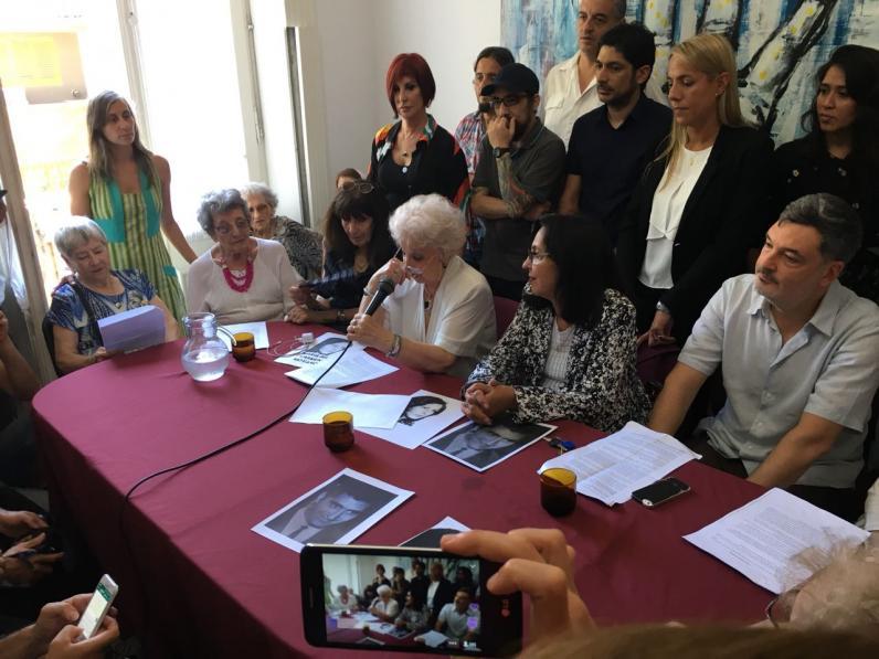 <p>La titular de Abuelas Estela de Carlotto lee el comunicado de la restitución de la hija de María del Carmen Moyano y Carlos Poblete.</p>