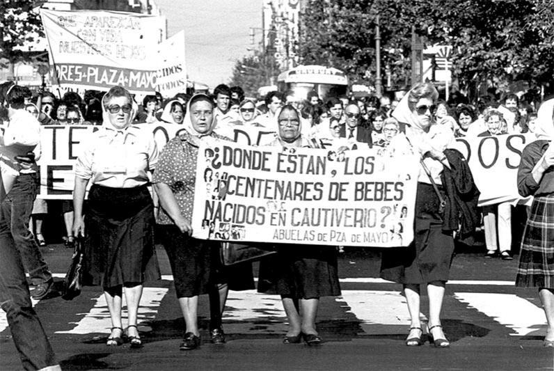 <p>Las Abuelas Chela Fontana, Raquel Radío de Marizcurrena, Clara Jurado y Eva Castillo Barrios marchan junto a las Madres de Plaza de Mayo.</p>